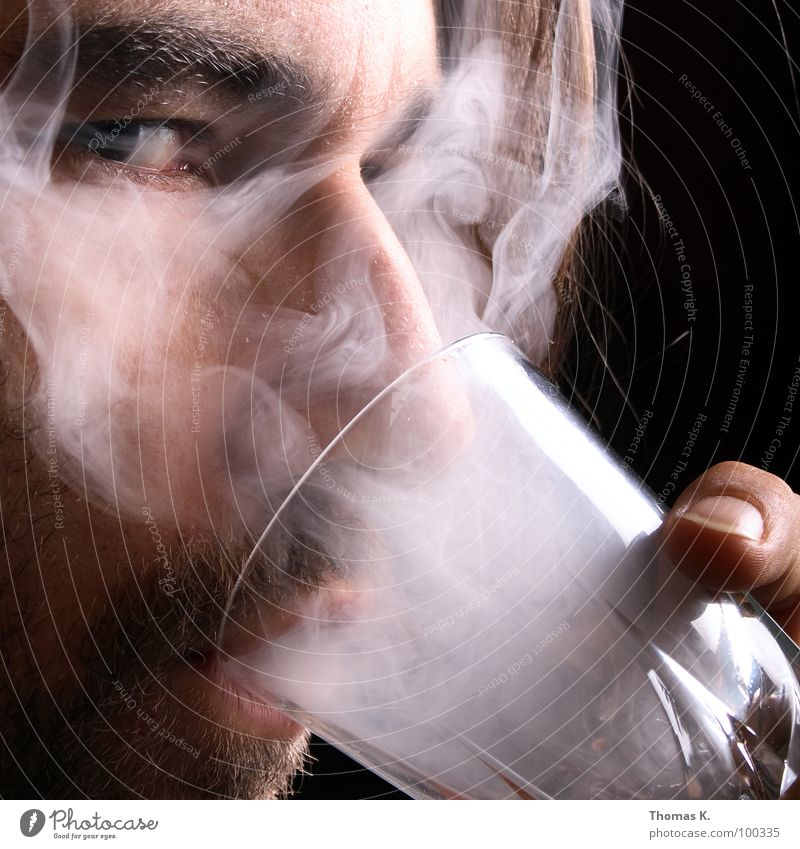 Grauer Portugieser Hand schwarz Gesicht dunkel Kopf Glas glänzend Brand leer Getränk trist Brille trinken Rauchen Krankheit Tabakwaren