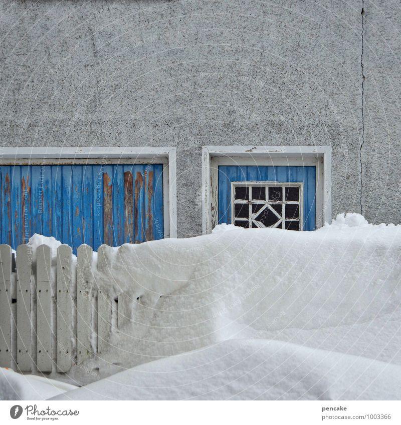 schnee von gestern blau Haus Winter kalt Schnee Fassade Wetter Tür authentisch Urelemente retro Zeichen Zaun Dorf Riss skurril