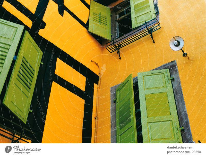 gelb-grün maigrün mehrfarbig Fenster Fensterladen Lampe Fachwerkfassade Frankreich Elsass Fassade schließen aufmachen Detailaufnahme orange Farbe