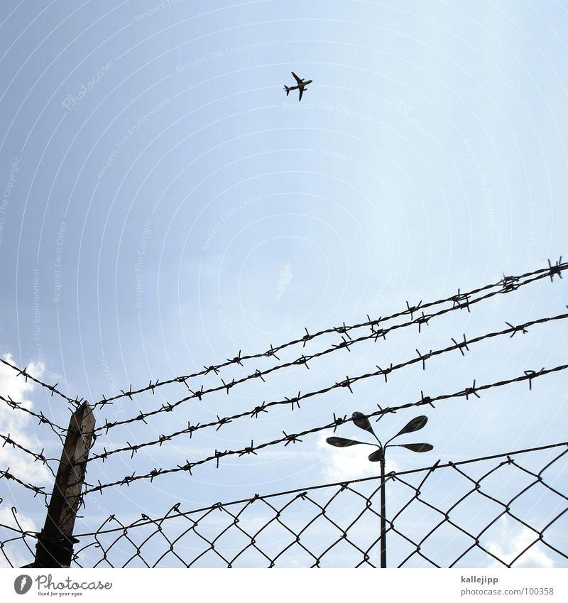 maschendrahtzaun in the morning Ferien & Urlaub & Reisen Fenster Berlin Mauer Deutschland Angst Fassade fliegen Armut Treppe Flugzeug Sicherheit trist