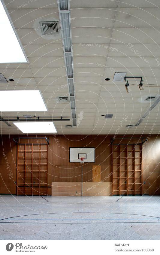 Turnhalle 2 Sporthalle Schulsport Kletterwand Licht Angst Panik Spielen Bildung Schule Klettern Symetrie Raum Basketball