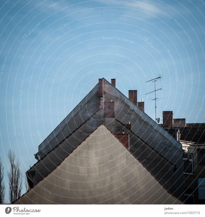 dreiecksbeziehung. Stil Design Haus Hausbau Himmel Altstadt Bauwerk Gebäude Architektur Mauer Wand Fassade Schornstein Zeichen gleich Wege & Pfade Geometrie