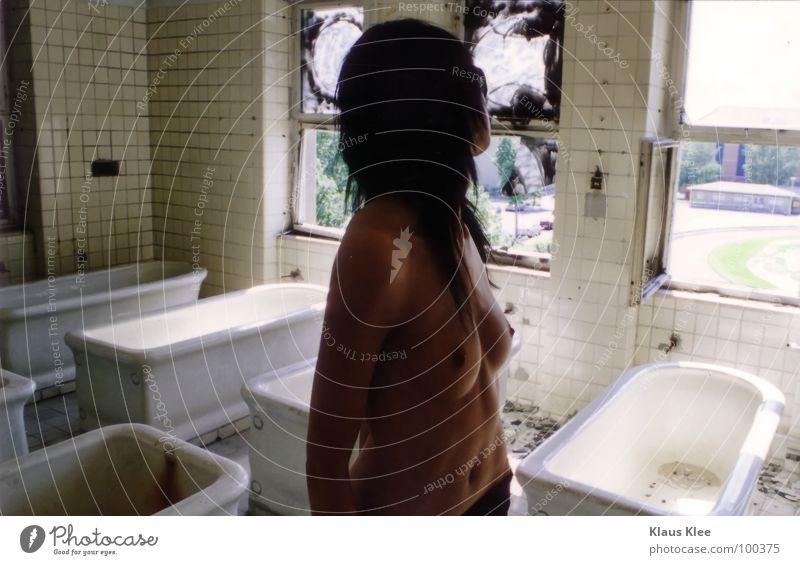 TO TAKE A BATH :. Frau Bad Badewanne Fenster nackt schön dünn einzigartig dunkel dunkelhaarig grün Lippen süß rot Hand lang Porträt stechend abstützen groß