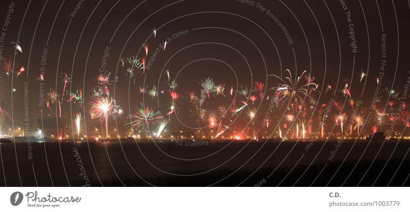 2015 Stadt dunkel Fluss Hafen Flussufer Silvester u. Neujahr Euphorie Feuerwerk Begeisterung Hafenstadt explodieren