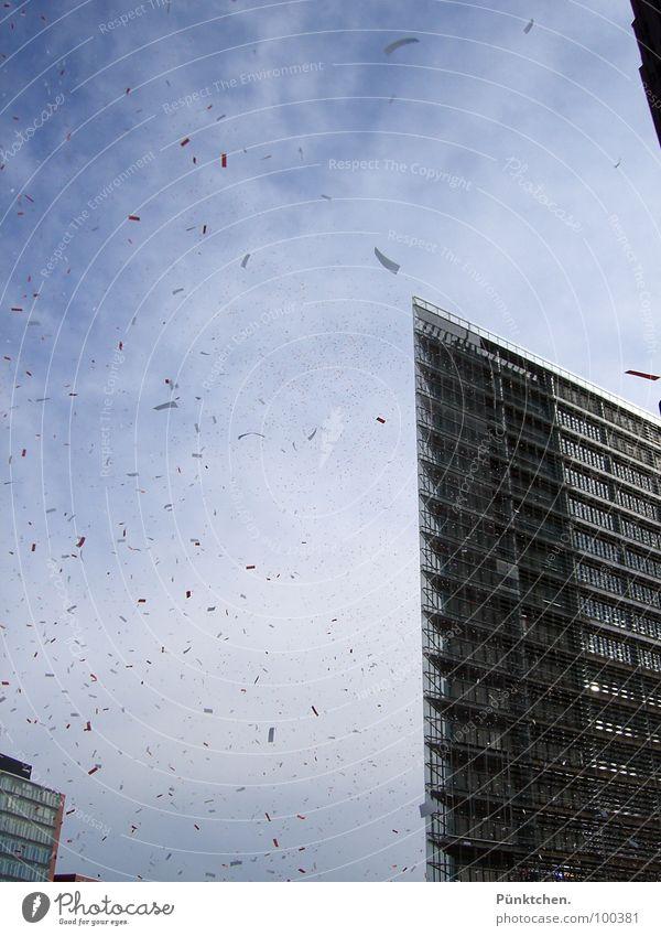 Es regnet Schnipsel Haus Hochhaus Konfetti Wolken Fenster Sommer Stadt Luft Potsdamer Platz Gebäude Konstruktion Berlin Verkehrswege blau Himmel Glas Spitze