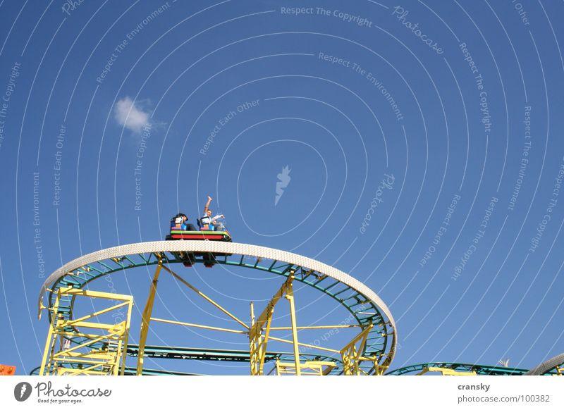 Hochgefühl Himmel Mann blau Wolken Freude gelb Erwachsene lustig Glück Freiheit Stimmung frei Arme hoch verrückt Fröhlichkeit
