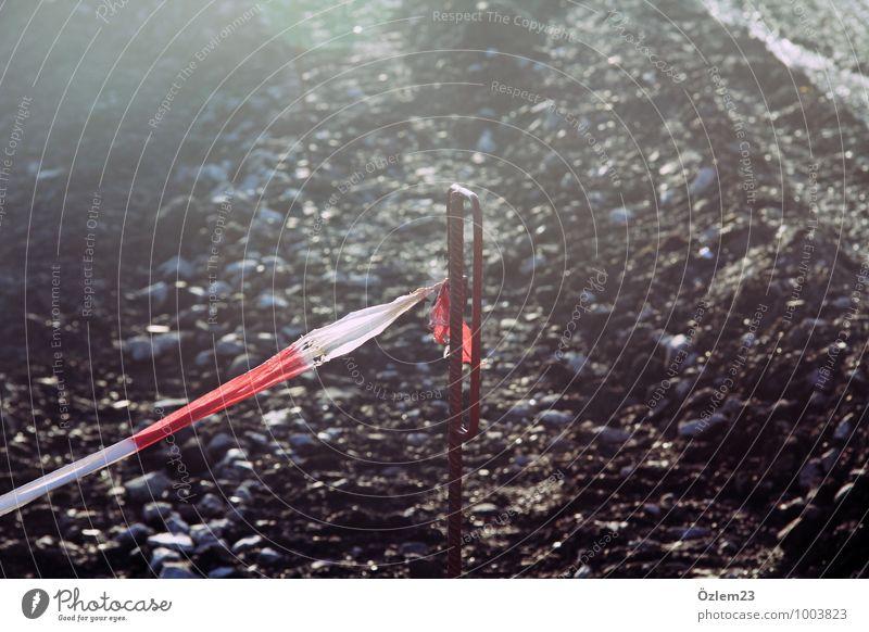 Betreten verboten? Stein Metall Zeichen Schriftzeichen Schilder & Markierungen Hinweisschild Warnschild Verkehrszeichen bedrohlich Neugier rot Verantwortung