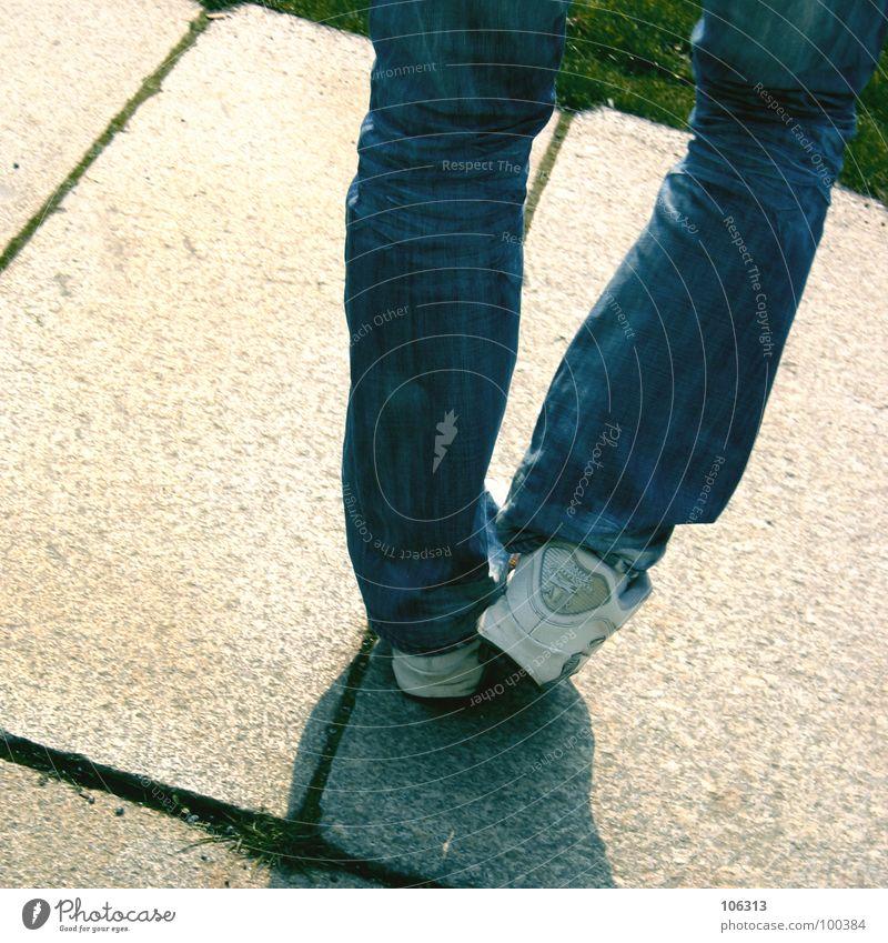 LATENTE INKONTINENZ Pause Spielen Zeitvertreib Problematik Hacky Sack Stoff Korn Schuhe Hose Zufriedenheit Gleichgewicht Steinplatten Gras Wiese Hintergrundbild