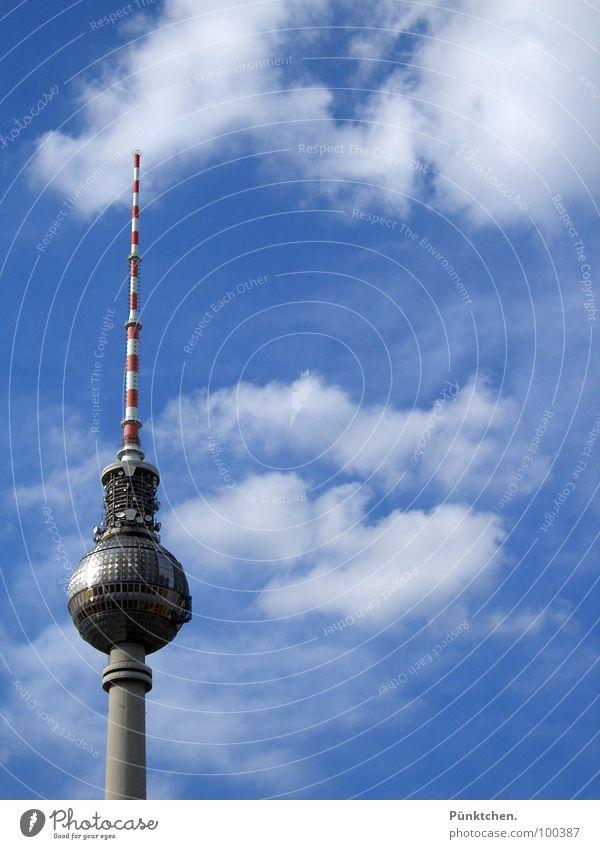 Der Drehwturm Alexanderplatz Wolken Sommer rot weiß dünn Aussicht Beton drehen Berliner Fernsehturm Wahrzeichen Denkmal Turm Himmel blau Spitze Kugel Ball Stab