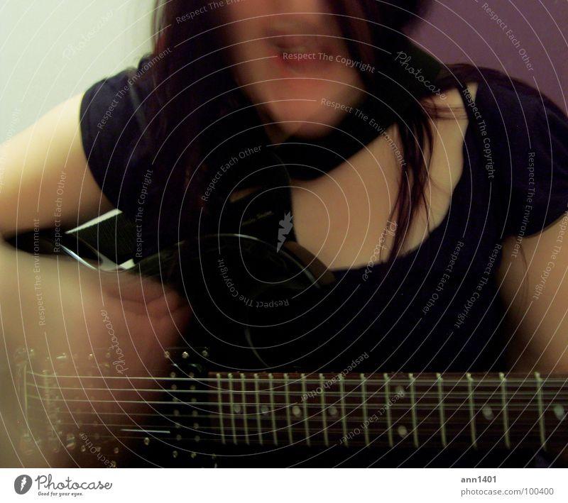 Me and my guitar II Musik Klang Riff Saite Elektrogitarre Verstärker Kopfschütteln singen Gesang Langzeitbelichtung Unschärfe schwarz dunkel Frau Freude Konzert