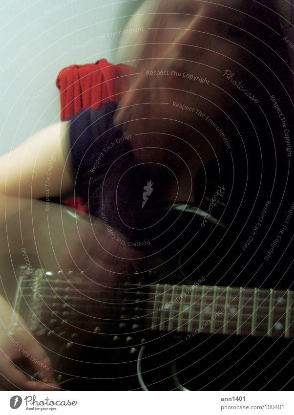 Me and my guitar III Musik Klang Riff Saite Elektrogitarre Verstärker Kopfschütteln singen Gesang Langzeitbelichtung Unschärfe schwarz dunkel Frau Freude