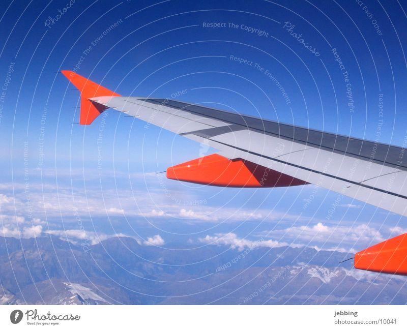 Flügelschlag Himmel Wolken Ferne Berge u. Gebirge Flugzeug fliegen Verkehr Aussicht Alpen Düsenflugzeug Abdeckung