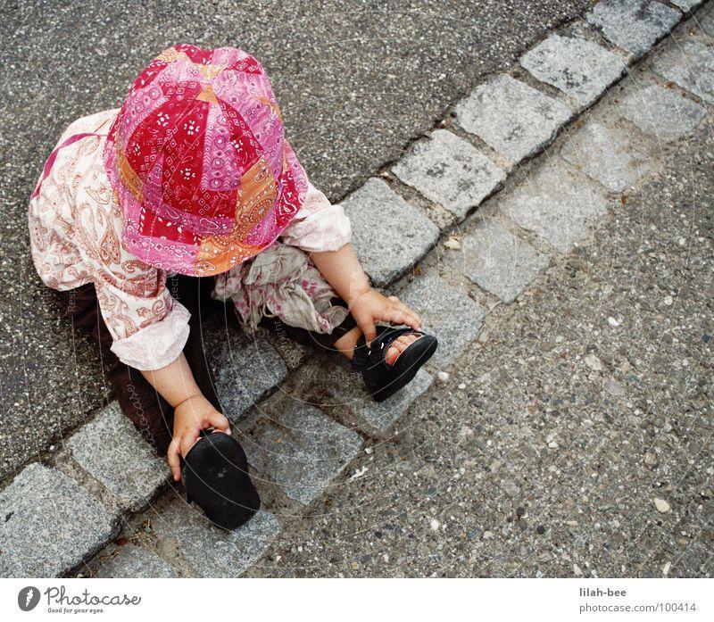 Ich will nicht mehr!!! Kind Mädchen Kleinkind Schuhe rosa Langeweile Hut Straße Bodenbelag Kantstein