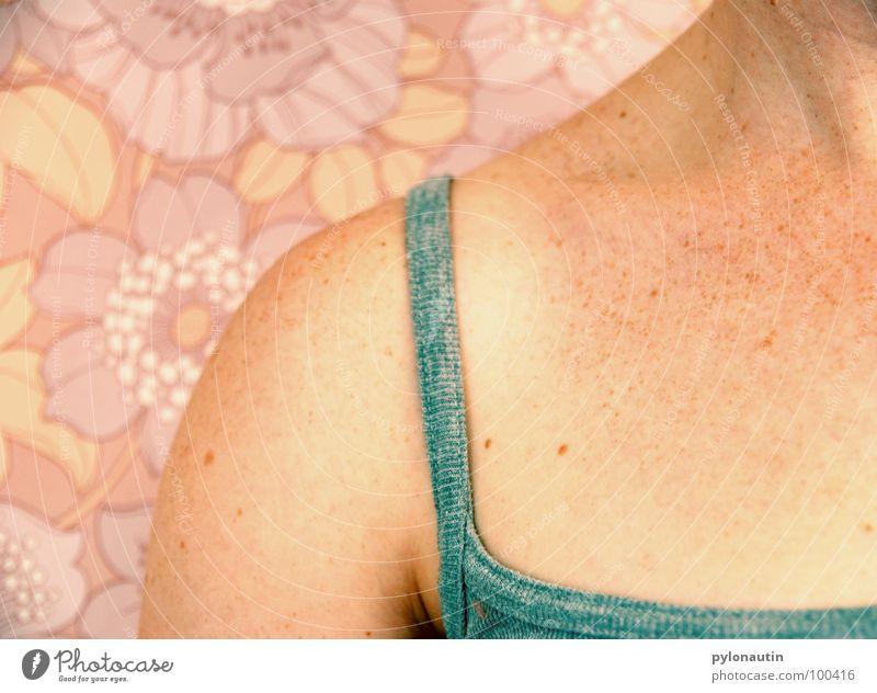 Schultertapete Frau Blume Körper Arme rosa Haut Tapete Sommersprossen Siebziger Jahre Träger Pastellton blau-grau