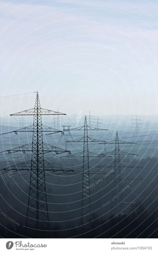 Stromlinien Energiewirtschaft Ruhrgebiet Strommast blau Ferne Elektrizität Farbfoto Gedeckte Farben Außenaufnahme Textfreiraum rechts Textfreiraum oben Tag