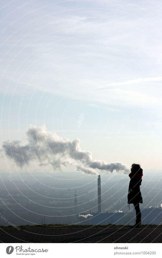 Durchatmen Energiewirtschaft Energiekrise Industrie Mensch feminin Frau Erwachsene 1 18-30 Jahre Jugendliche Ruhrgebiet Schornstein Rauchen Umweltverschmutzung