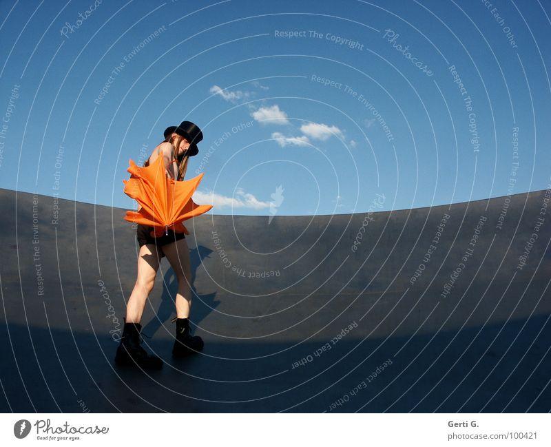 Schirm, Charme und Zylinder Mensch Himmel Jugendliche Mann blau Sommer weiß Junger Mann Wolken Freude schwarz Beine orange blond Schönes Wetter dünn