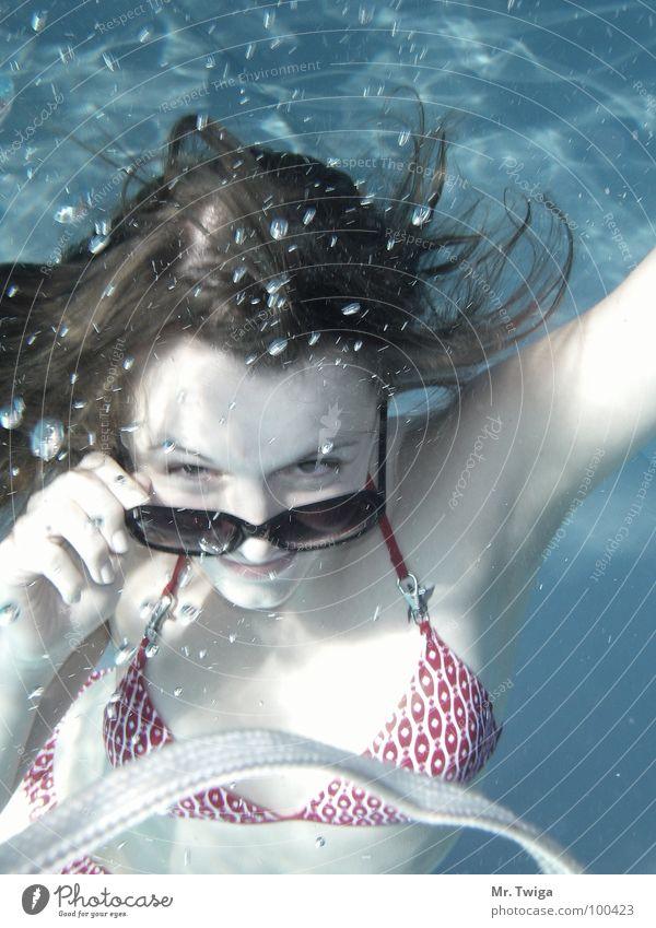 sonnenanbeterin Wasser Sonne Sommer Bad Brille tauchen Bikini Sonnenbrille Luftblase Freibad