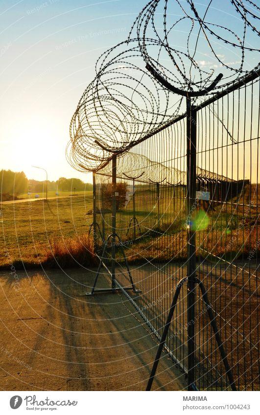 barbed wire fence Landschaft bedrohlich gefährlich evening Barriere barrier Angst fear outside threatening Abenddämmerung twilight dawn dangerous landscape