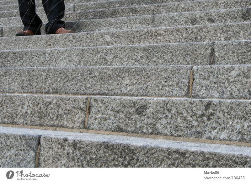 Treppe in Berlin Mensch Mann schwarz grau Schuhe Beine braun Treppe Hose