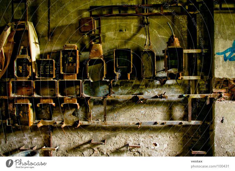 Zahn der Zeit alt rot grau braun Metall dreckig Industrie Fabrik Vergänglichkeit Rost Eisen Absicherung verrotten Sicherungskasten