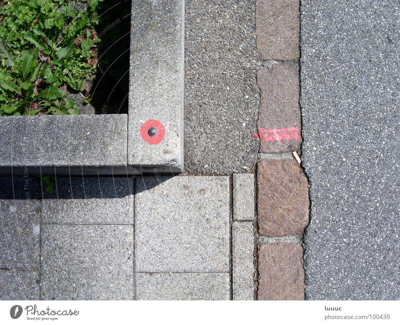 Grenzen setzen... Straßenbau Asphalt hart Gras grün weich Bordsteinkante kennen Bodenplatten Müll Geometrie Außenaufnahme Verkehrswege Grenzpunkt Messpunkt