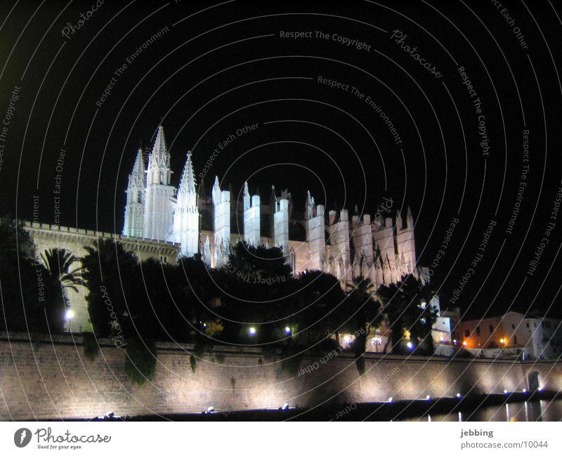 Silhouette der Kathedrale Mallorca Palma de Mallorca Nachtaufnahme Beleuchtung Bauwerk Ambiente Langzeitbelichtung Spanien Gebäude Licht Europa