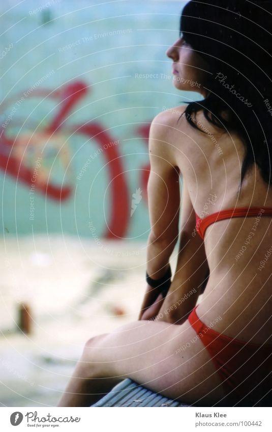 TO TAKE A BATH ::. Junge Frau Rücken 18-30 Jahre Schwimmbad dünn Bikini langhaarig schwarzhaarig Bildausschnitt Anschnitt Oberschenkel reizvoll Magersucht