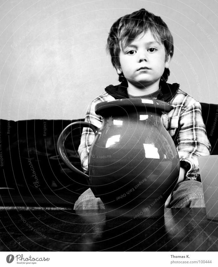 Inder Ruhe liegt die Kraft. Kind ruhig Gesicht Junge Glück Fröhlichkeit Konzentration Vergangenheit Becher Krug