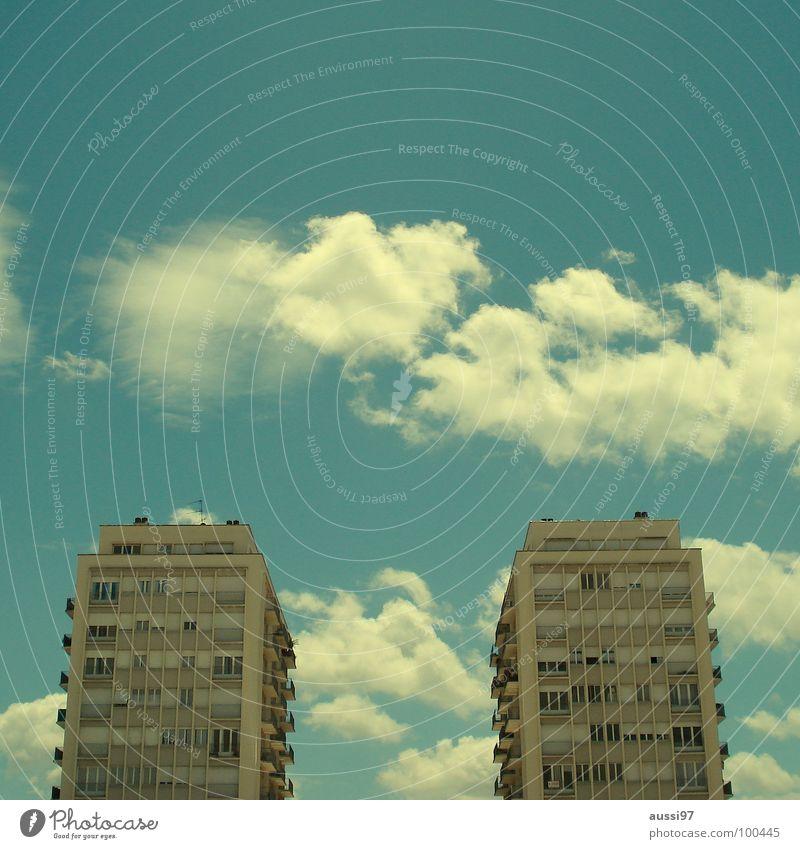 Die zwei Türme Stadt Haus Fenster Hochhaus Fensterfront Straßenschlucht Wolkenformation Farbfehler