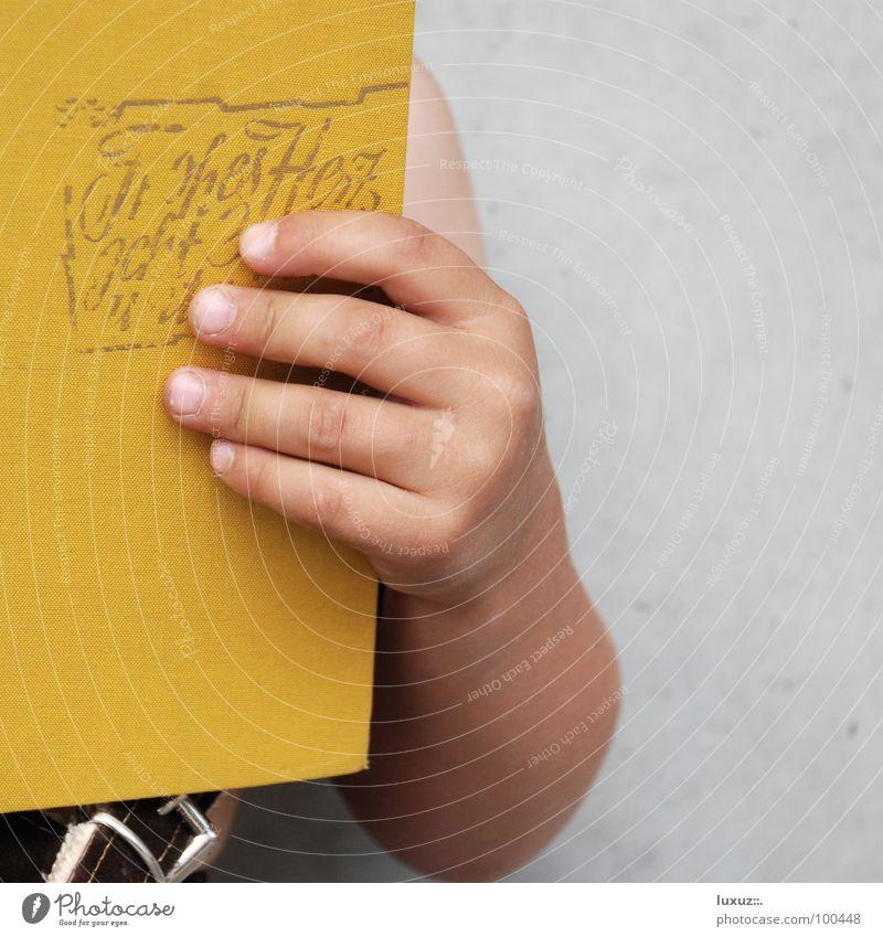 Herzschmerz Hand gelb Wand Liebe Junge Mauer Denken Schule Kunst Deutschland Kind stehen hoch Buch Beton Finger
