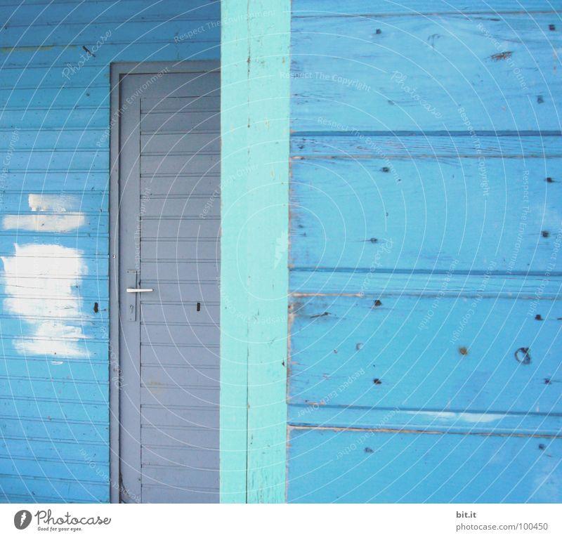 BLAU, BLAU, BLAU... Holzwand Holzhaus Holzhütte Holztür hell-blau türkis grau weiß Anstrich Farbfleck Detailaufnahme Bildausschnitt Textfreiraum rechts Linie