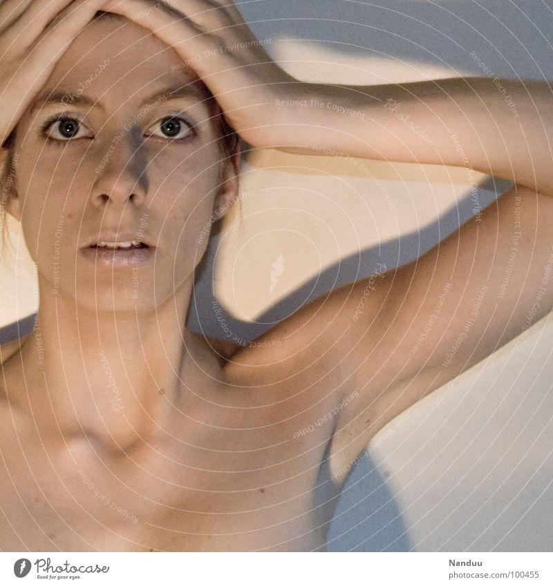 Porzellan schön Gesicht ruhig Frau Erwachsene Auge Nase Mund Hand außergewöhnlich dünn hell nackt weich weiß Angst körnig Rauschen Kopfbedeckung Turban stumm