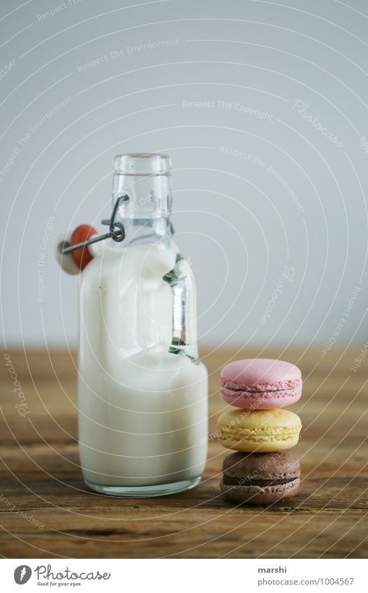 MILK & CANDYS Lebensmittel Dessert Süßwaren Ernährung Essen Getränk trinken Milch Stimmung Flasche Foodfotografie Snack schön Holztisch Kalorie lecker Farbfoto