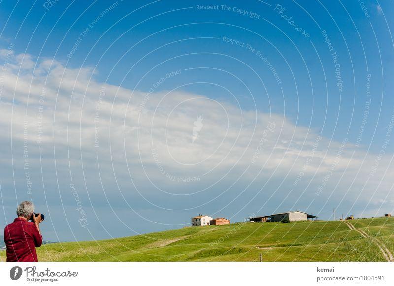 Häuser jagen Mensch Himmel Ferien & Urlaub & Reisen Mann blau grün Sommer rot Landschaft ruhig Wolken Haus Erwachsene Leben Gras maskulin