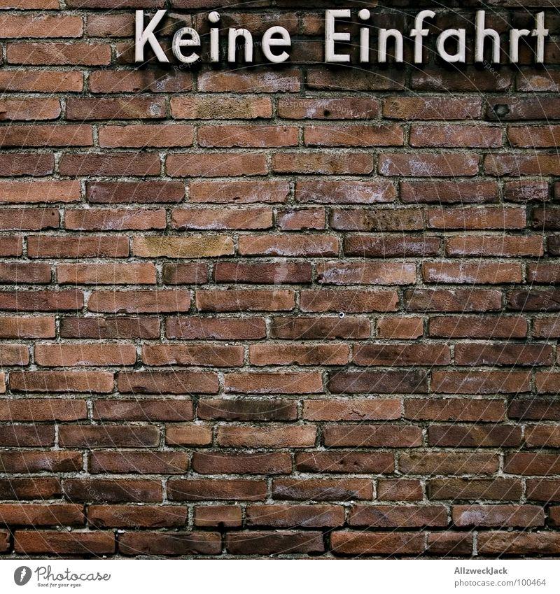 Bis hier und nich weiter! Einfahrt Durchfahrtsverbot stoppen Halt Wand Backstein Mauer Typographie Straßenverkehrsordnung Barriere Detailaufnahme Buchstaben