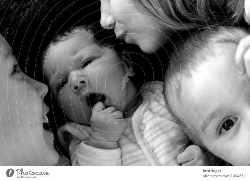 sally, wir lieben dich. Kind weiß Familie & Verwandtschaft schwarz Liebe Spielen klein Baby Hilfsbereitschaft Mutter Frieden Küssen Kleinkind Eltern Geschwister