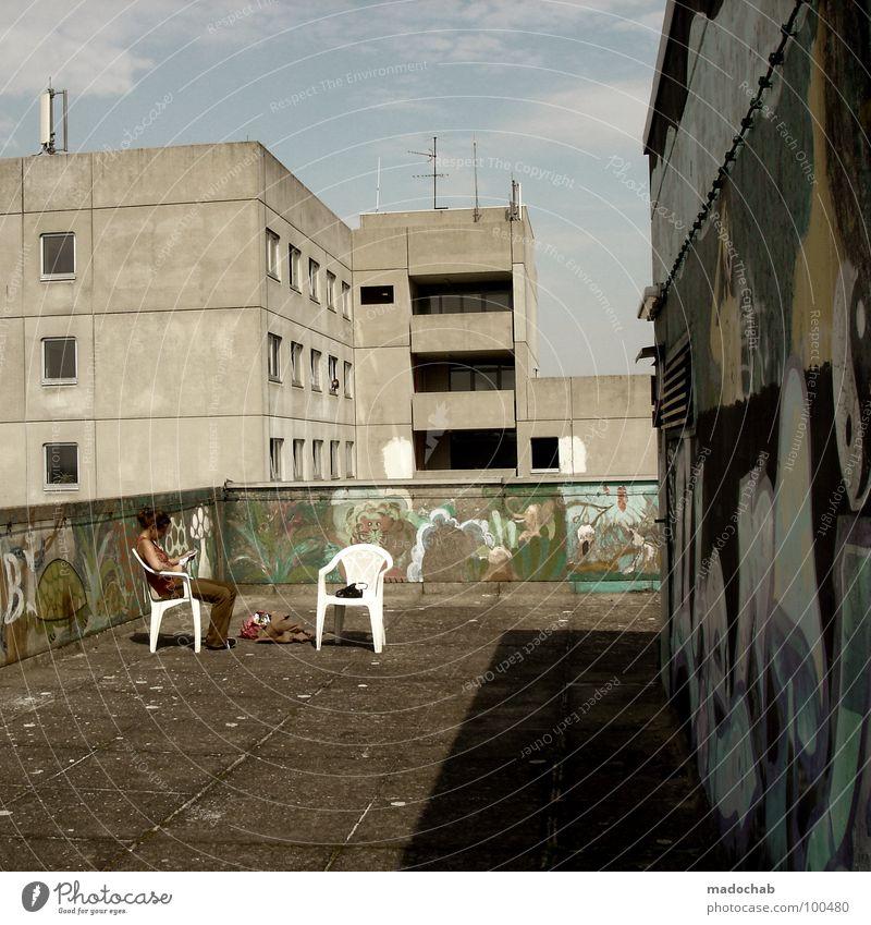 IDYLLE Erholung lesen Sommer Stuhl Mensch Frau Erwachsene Kunst Himmel Wolken Schönes Wetter Stadt Stadtrand Hochhaus Turm Gebäude Architektur Mauer Wand