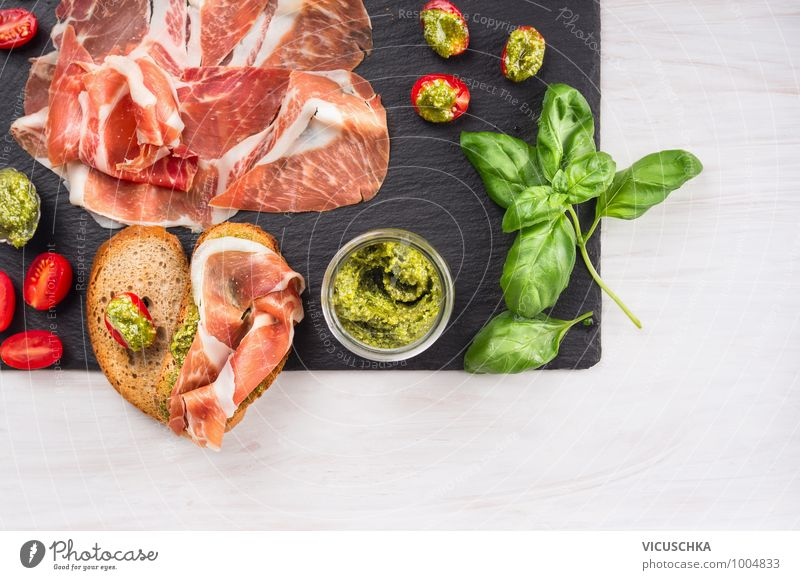 Italienische Parmaschinken mit Brot und Pesto Lebensmittel Fleisch Wurstwaren Brötchen Kräuter & Gewürze Öl Ernährung Festessen Italienische Küche Geschirr Stil