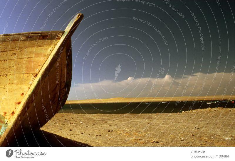 Fischerboot IV Wasserfahrzeug Schrott kaputt Angeln Angler Meer Strand See gestrandet Wolken Peru Südamerika Küste Nationalpark türkis Pirat Einsamkeit Gedanke
