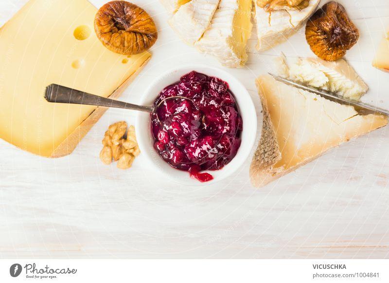 Käseteller mit roter Beerensauce und Löffel Natur gelb Stil Hintergrundbild Lebensmittel Foodfotografie Design Ernährung lecker Bioprodukte Schalen & Schüsseln Beeren Diät Dessert Vegetarische Ernährung hart