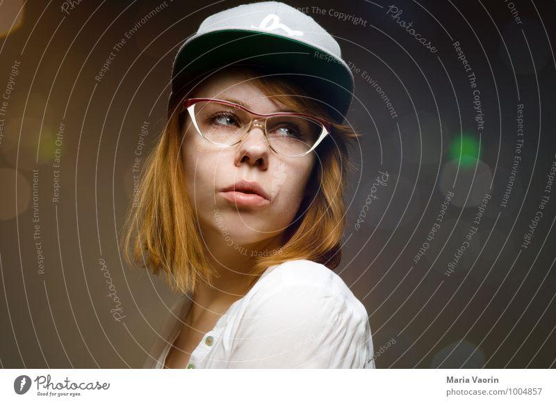 Wo geht´s zur nächsten Party? Stil Nachtleben ausgehen Feste & Feiern Mensch feminin Junge Frau Jugendliche 1 18-30 Jahre Erwachsene Brille rothaarig langhaarig
