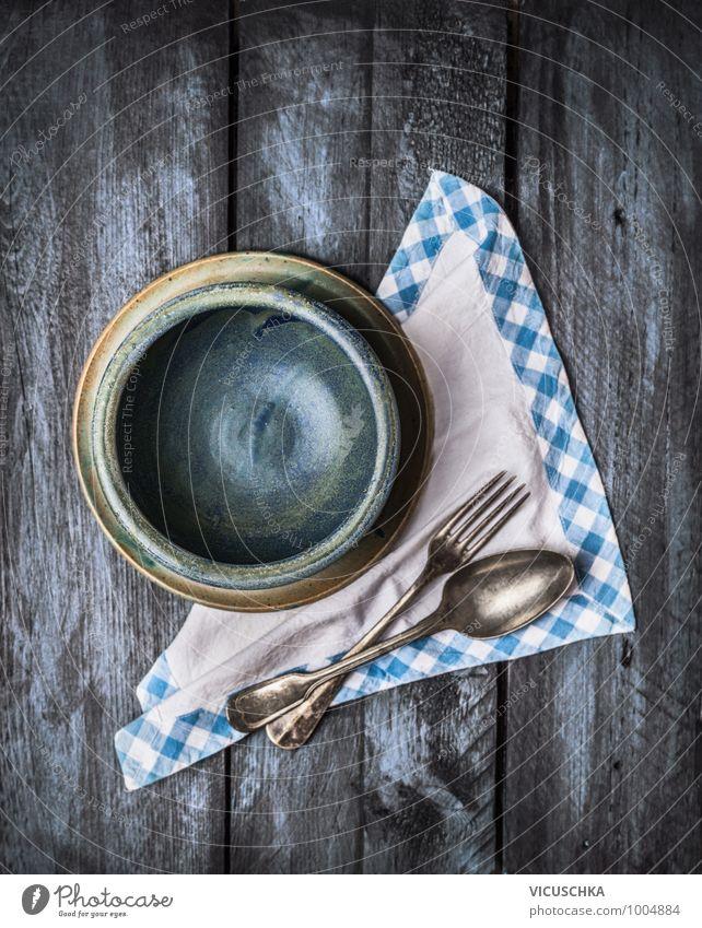 Leere blaue Schüssel mit Löffel und Gabel und Serviette alt Stil Holz Hintergrundbild Foodfotografie Design retro Kochen & Garen & Backen Küche ausdruckslos