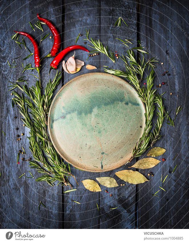 Kräuter und Gewürze um der Teller auf dunkelblauem Holz blau dunkel Stil Holz oben Lebensmittel Design Ernährung Tisch Scharfer Geschmack Kochen & Garen & Backen Küche Kräuter & Gewürze Bioprodukte Teller altehrwürdig