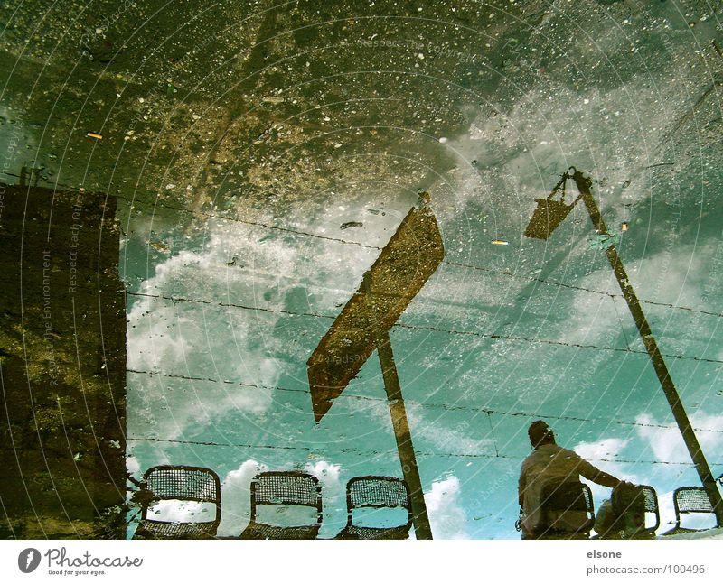 esperar Mensch Himmel blau Wasser schön Wolken Herbst Stein braun Regen warten Schilder & Markierungen Eisenbahn Stuhl Laterne Spiegel
