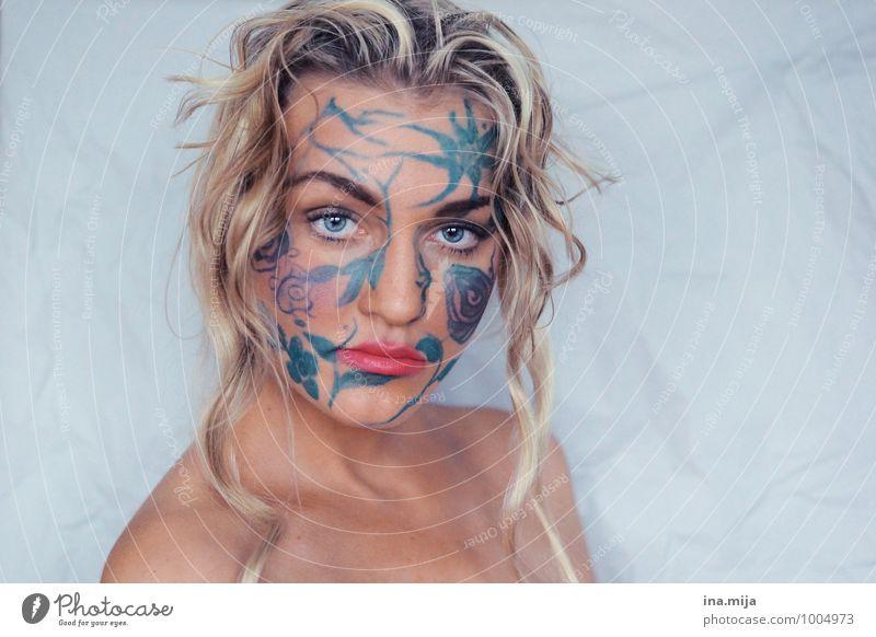 junge blonde Frau mit Locken und Gesichtsbemalung Mensch feminin Junge Frau Jugendliche Erwachsene 1 18-30 Jahre Kunst Künstler Theaterschauspiel Schauspieler