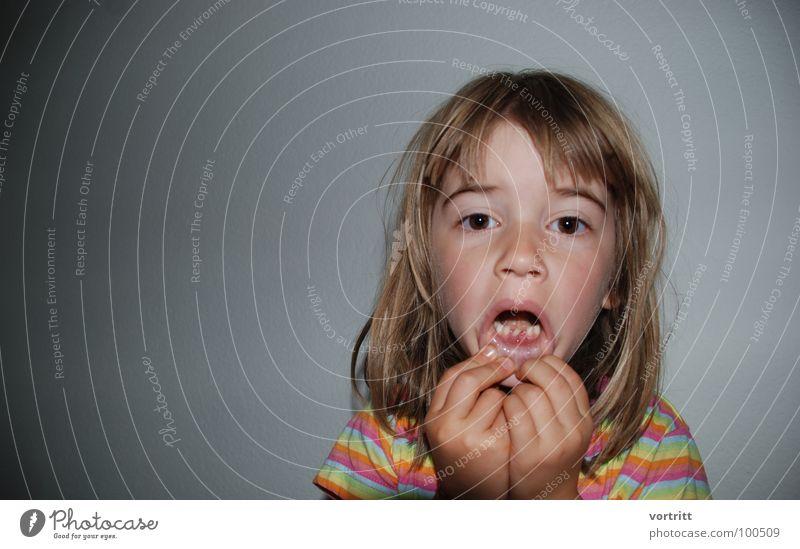 zombi Zombie Kind Mädchen Porträt Hand gruselig Angst Panik Freude Zähne