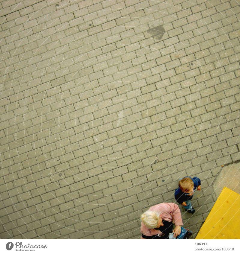 MUTTI, MUTTI WAS IST DAS? Mutter Kind Sohn blond Frau Partnerschaft Junge gelb rot rosa Fahrkarte Trennung Automat bezahlen Mädchen Bremen Dresden fahren wühlen