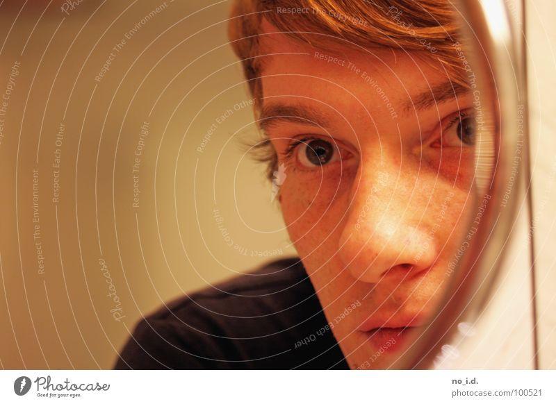 Beschnittenes Selbstbild Porträt Spiegel Spiegelbild Mann Innenaufnahme Konzentration Auge Müdigkeit Blick Mensch Selbstportrait