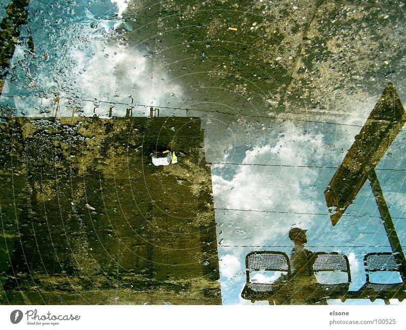 Allons-y! Mann blau Haus Wolken Herbst Stein Regen braun warten laufen Schilder & Markierungen Beton 3 Eisenbahn trist Dresden